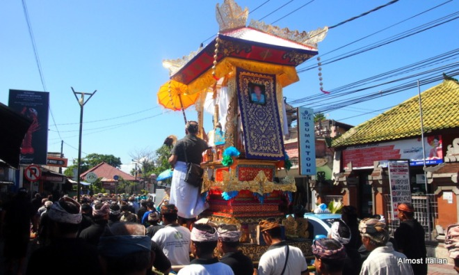 A funeral march along Jalan Danau Tamblingan, Sanur