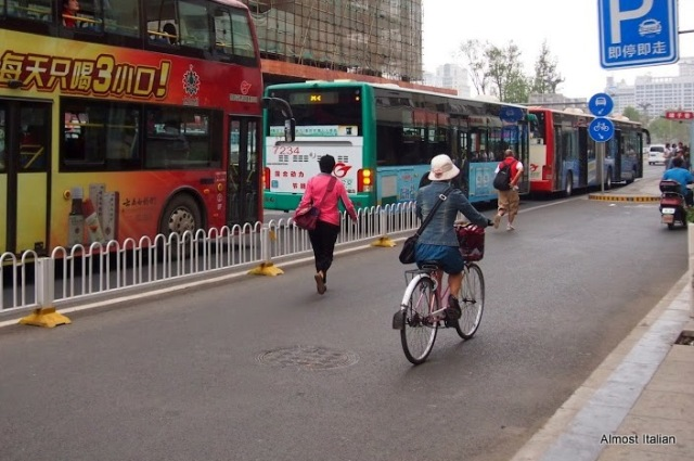 Orderly traffic in the centre of the city: electrric bikes, buses