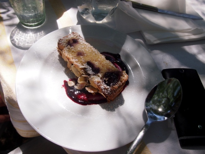 Al fresco con una torta di mandorle e ciliegie.