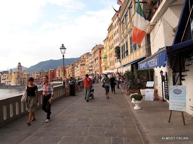 Passeggiata and reading menus. Camogli, Italia